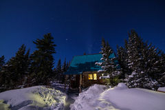 Het licht van het huis in sneeuwsiberië Royalty-vrije Stock Afbeeldingen