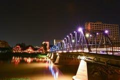 Het licht van ijzerbrug bij nacht Stock Fotografie