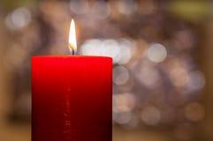 Het licht van kaarsen Kerstmiskaars het branden bij nacht Samenvatting candl Stock Foto