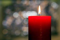 Het licht van kaarsen Kerstmiskaars het branden bij nacht Samenvatting candl Stock Afbeeldingen