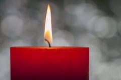 Het licht van kaarsen Kerstmiskaars het branden bij nacht Samenvatting candl Stock Fotografie