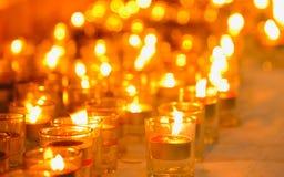 Het licht van kaarsen Kerstmiskaarsen die bij nacht branden De abstracte Achtergrond van Kaarsen Stock Foto's
