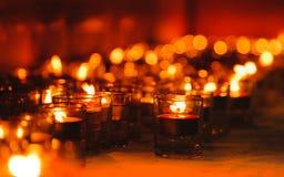 Het licht van kaarsen Kerstmiskaarsen die bij nacht branden De abstracte Achtergrond van Kaarsen Royalty-vrije Stock Afbeeldingen