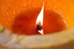 Het licht van kaarsen Kerstmiskaarsen die bij nacht branden Gouden licht Stock Afbeeldingen