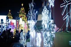 Het licht van kleurrijk verfraait mooi op Kerstboomviering Royalty-vrije Stock Afbeeldingen