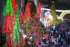 Het licht van kleurrijk verfraait mooi op Kerstboomviering Royalty-vrije Stock Fotografie