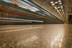 Het licht van trein in metro het overgaan stock fotografie