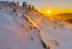 Het licht van zonsondergang op de oppervlakte van sneeuw in de bergen Stock Foto