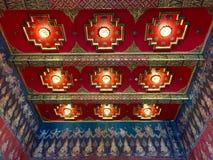 Het licht wordt geschikt rond een cirkelvenster in het plafond van een hoger-woonplaatseetkamer het kunstmatige licht gedeeltelij Stock Afbeeldingen