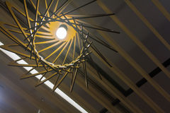 Het licht wordt geschikt rond een cirkelvenster in het plafond van een hoger-woonplaatseetkamer het kunstmatige licht gedeeltelij Royalty-vrije Stock Foto's