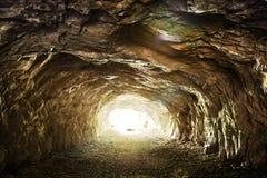 Het lichte glanzen aan het eind van verlaten tunnel Royalty-vrije Stock Afbeelding