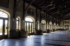 Het lichte glanzen door de deuren van een station Stock Foto's