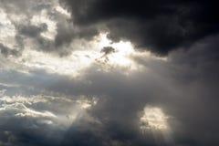 Het lichte glanzen door de wolken stock foto
