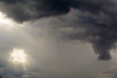 Het lichte glanzen door de wolken royalty-vrije stock afbeelding