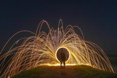 Het lichte Schilderen met brandcirkels en twee minnaars Stock Afbeeldingen