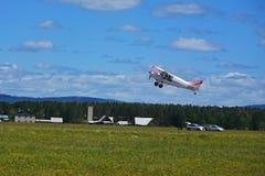 Het lichte vliegtuig stijgt van grasluchthaven op Royalty-vrije Stock Afbeelding