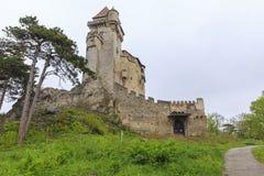 Het Lichtensteinkasteel wordt gevestigd dichtbij Maria Enzersdorf-zuiden van Vi stock afbeeldingen