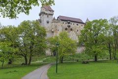 Het Lichtensteinkasteel wordt gevestigd dichtbij Maria Enzersdorf-zuiden van Vi stock foto