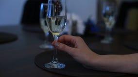 Het lid die van de gezelschapsspelmaffia een glas houden stock videobeelden
