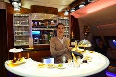 Het lid van de de Luchtbusa380 bemanning van emiraten stock afbeeldingen