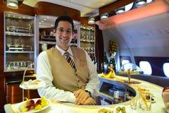 Het lid van de de Luchtbusa380 bemanning van emiraten stock foto
