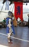 Het lid van het jaarlijkse festival van Ridders van Jeruzalem kleedde zich als ridder die zich in de ring klaar te vechten bevind Stock Foto