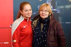 Het Lid van Jelena Ostapenko L van Team Latvia voor FedCup, tijdens het ontmoeten van ventilators voor Wereldgroep II Eerste Rond stock foto's