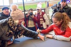 Het Lid van Jelena Ostapenko R van Team Latvia voor FedCup, tijdens het ontmoeten van ventilators voor Wereldgroep II Eerste Rond royalty-vrije stock foto's