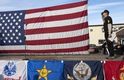 Het lid van Oathkeepers groet de vlag. Stock Afbeeldingen