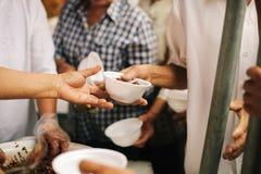 Het liefdadigheidsvoedsel is de hoop van de armen die geen geld hebben: concept het bedelen van voedsel: Het Voedsel van het vrij royalty-vrije stock afbeeldingen