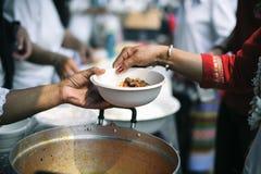 Het liefdadigheidsvoedsel is de hoop van de armen die geen geld hebben: concept het bedelen van voedsel: Het Voedsel van het vrij stock afbeeldingen