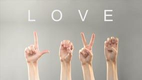 Het liefdewoord wordt geschreven en wordt getoond met dient dove asltaal in, uitdrukkend gevoel dat stock videobeelden