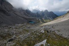 Het Lienz-Dolomiet met Karlsbader-chalet en Laserz-meer in vallei, Oostenrijk royalty-vrije stock fotografie