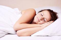 Het liggen en de slaap van de vrouw Stock Foto's