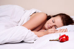 Het liggen en de slaap van de vrouw op het sneeuwbed Royalty-vrije Stock Foto