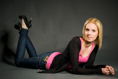 Het liggen jonge vrouw Stock Foto