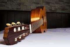 Het liggen klassieke gitaar voor een steenmuur Royalty-vrije Stock Afbeelding