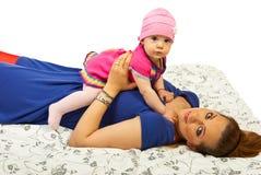 Het liggen moeder met haar baby Stock Foto