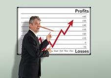 Het liggen oneerlijke zakenmaneffectenmakelaar w die Pinocchio-neus kweken royalty-vrije stock afbeeldingen