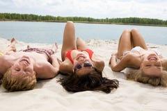 Het liggen op zand Royalty-vrije Stock Foto