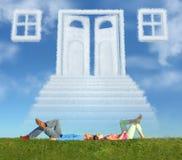 Het liggen paar op gras en de maniercollage van de droomdeur royalty-vrije stock afbeelding