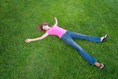 Het liggen van de vrouw gras Stock Afbeelding