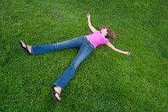 Het liggen van de vrouw gras Stock Foto