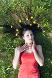 Het liggen van het meisje op het gras vlakt uw haar af Stock Foto