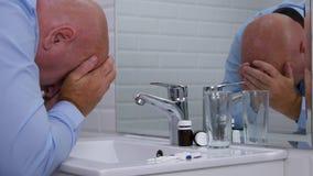 Het lijden van aan Mens die in Badkamers Welke Pillen de denken om voor Hoofdpijn te nemen stock footage