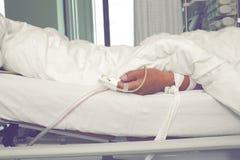Het lijden van aan patiënt in de intensive careeenheid stock afbeelding