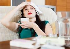 Het lijden van vrouwen aan stuping handdoek aan hoofd Royalty-vrije Stock Foto