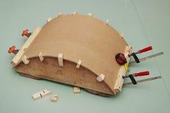 Het lijmen van de boog van houtvezelplaat op regel Royalty-vrije Stock Foto's