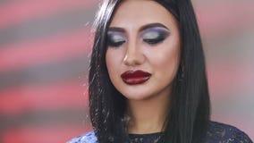 Het likken van Lippen Close-up van jonge vrouw die lippen likken stock footage