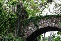 Het linkerdeel van de overspannen brug over de weg Stock Afbeeldingen